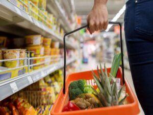 El consumo en supermercados y autoservicios se redujo un 19% en abril